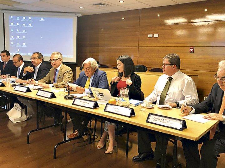 Intelectuales debaten en Santiago sobre crisis venezolana